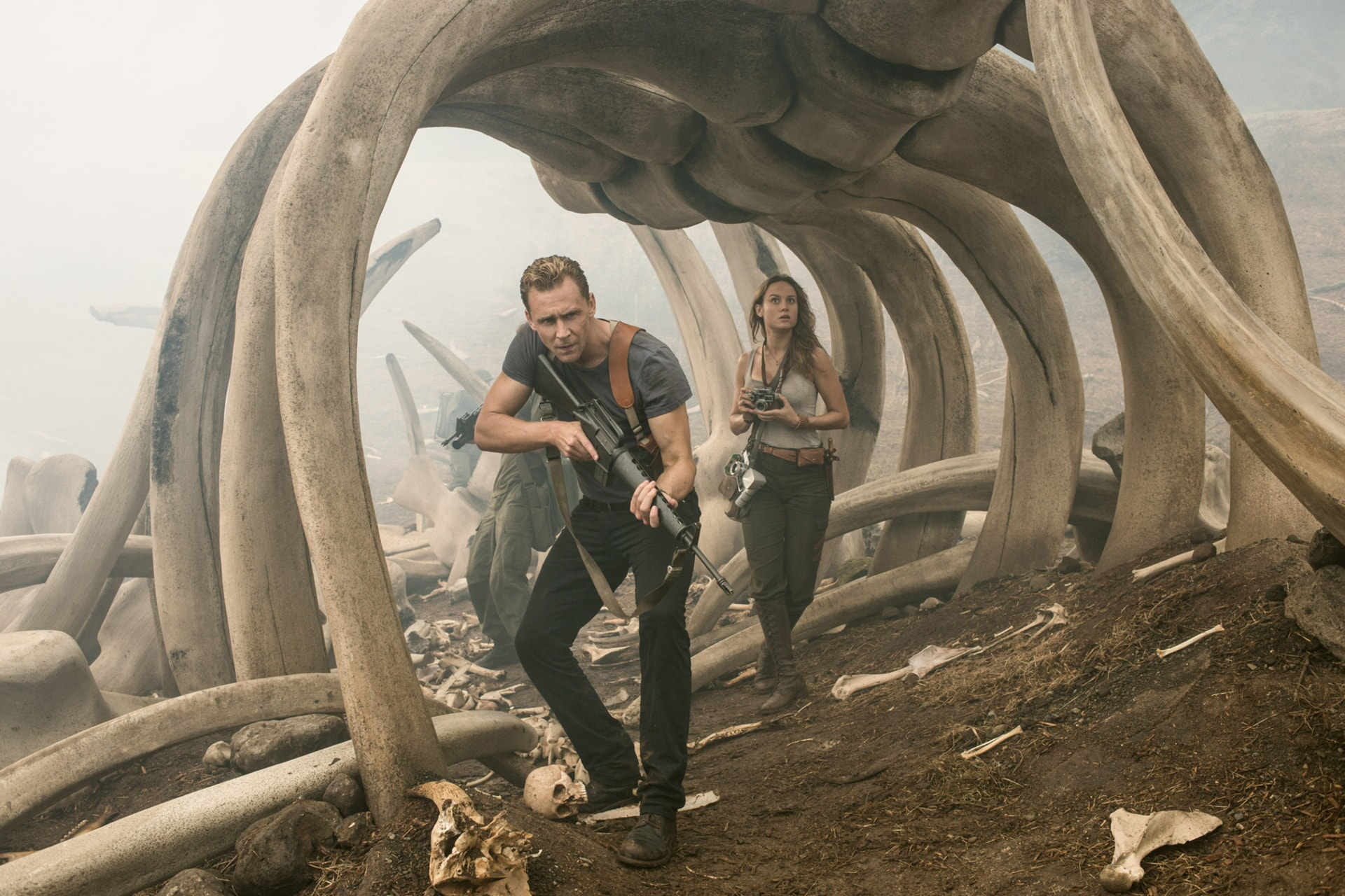 """TOM HIDDLESTON as Conrad, BRIE LARSON as Mason in Warner Bros. Pictures' and Legendary Pictures' action adventure """"KONG: SKULL ISLAND,"""" a Warner Bros. Pictures release."""