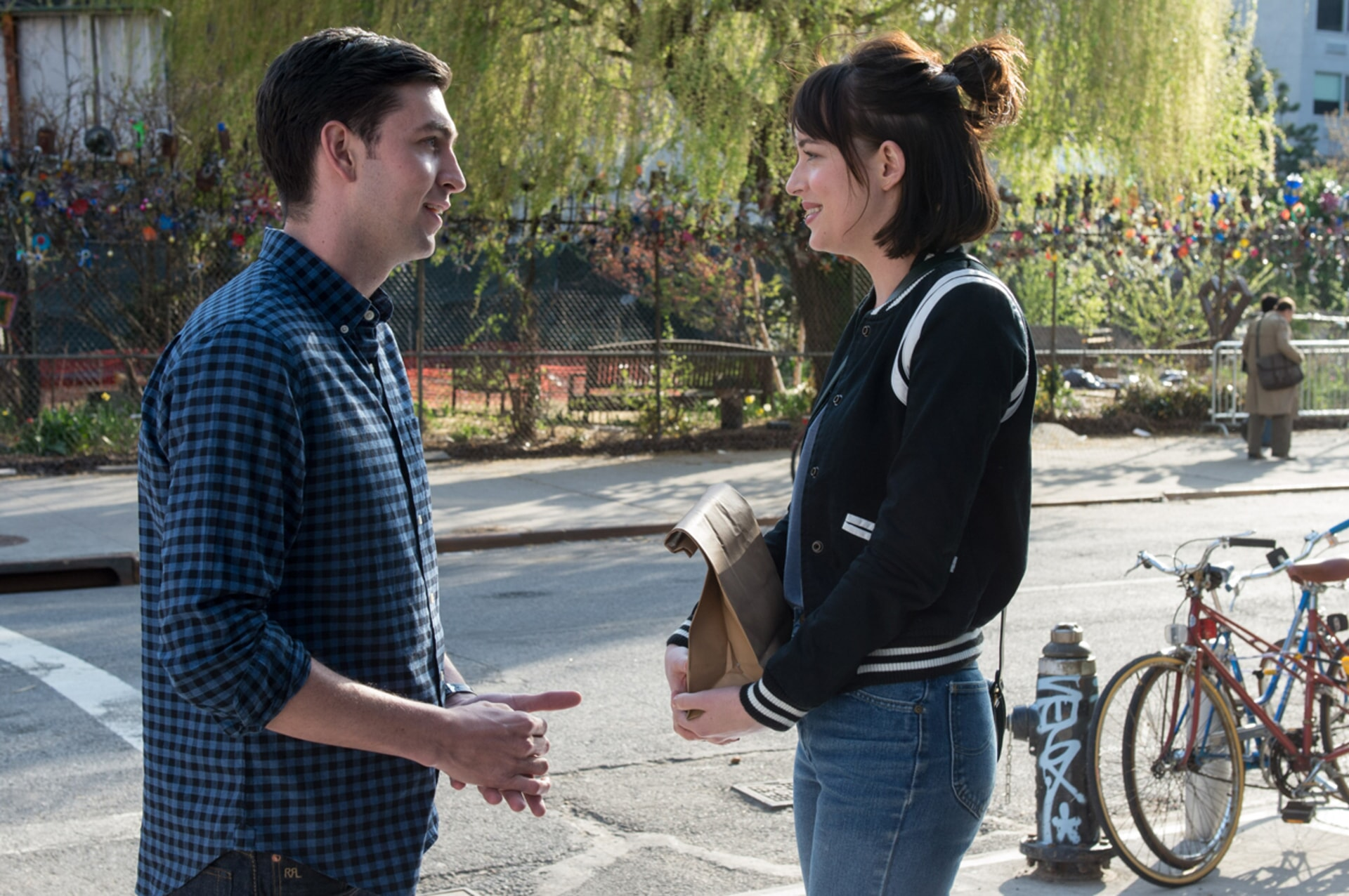 "NICHOLAS BRAUN as Josh and DAKOTA JOHNSON as Alice in New Line Cinema's, Metro-Goldwyn-Mayer Pictures' and Flower Films' comedy ""HOW TO BE SINGLE,"" a Warner Bros. Pictures release."