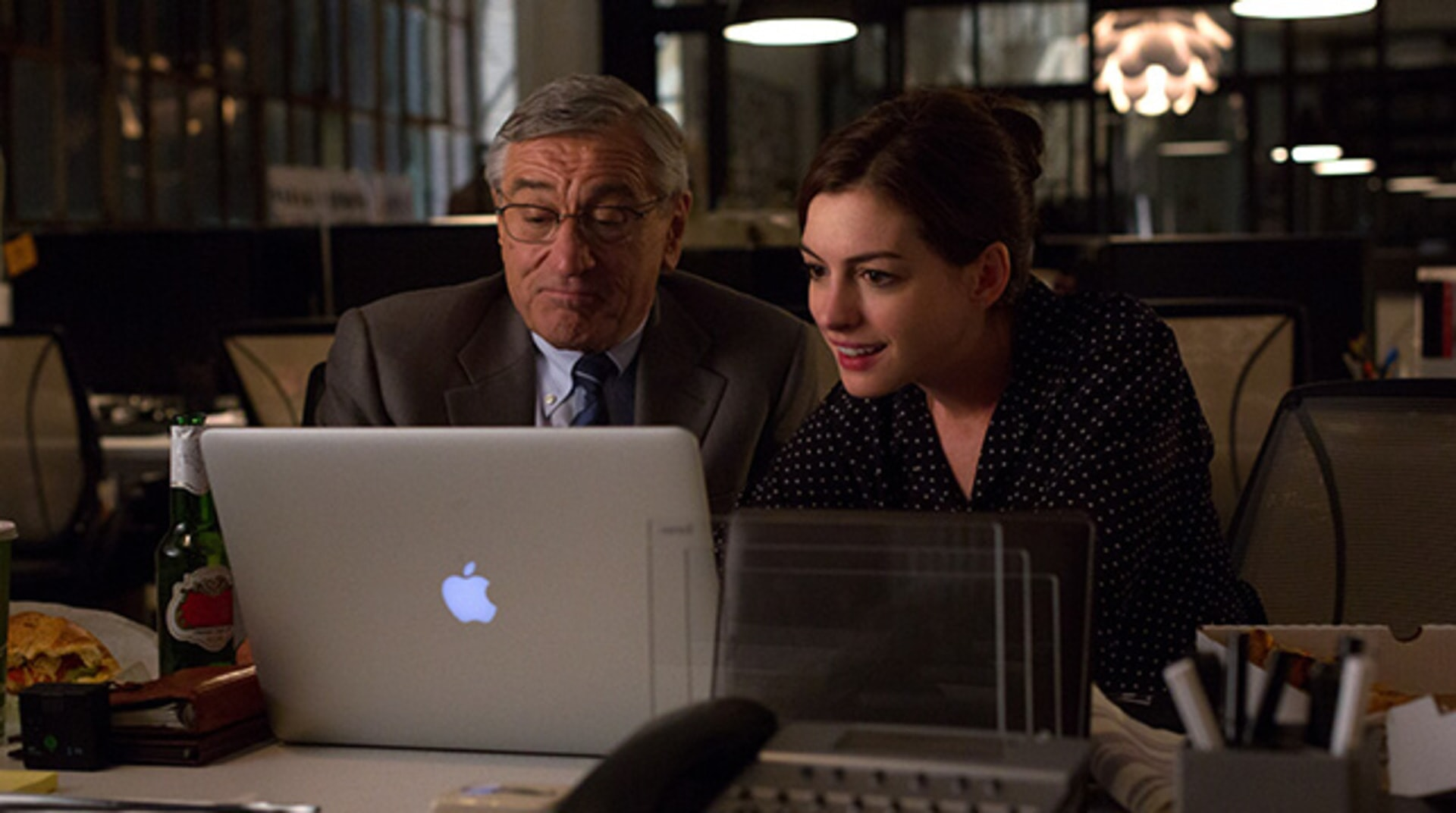 "ROBERT DE NIRO as Ben Whittaker and ANNE HATHAWAY as Jules Ostin in Warner Bros. Pictures' comedy ""THE INTERN."""