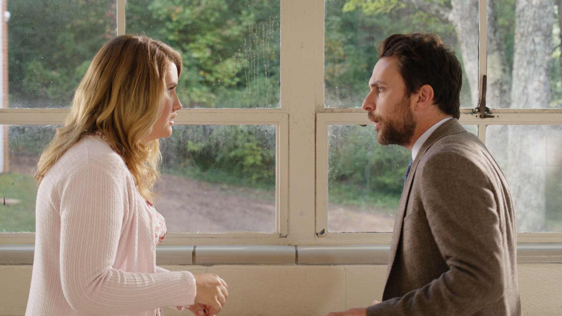 """JILLIAN BELL as Holly and CHARLIE DAY as Andy Campbell in the New Line Cinema and Village Roadshow Pictures comedy """"FIST FIGHT,"""" a Warner Bros. Pictures release."""