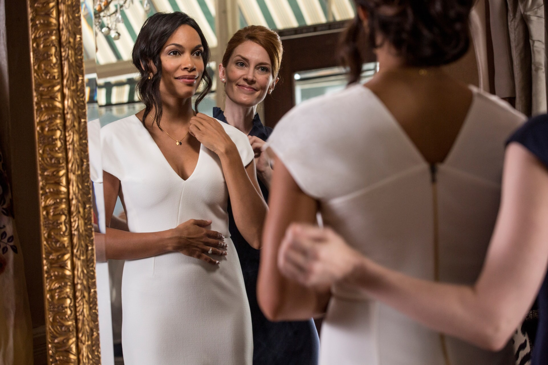 "ROSARIO DAWSON as Julia Banks and KINCAID WALKER as Saleswoman in Warner Bros. Pictures' dramatic thriller ""UNFORGETTABLE,"" a Warner Bros. Pictures release."