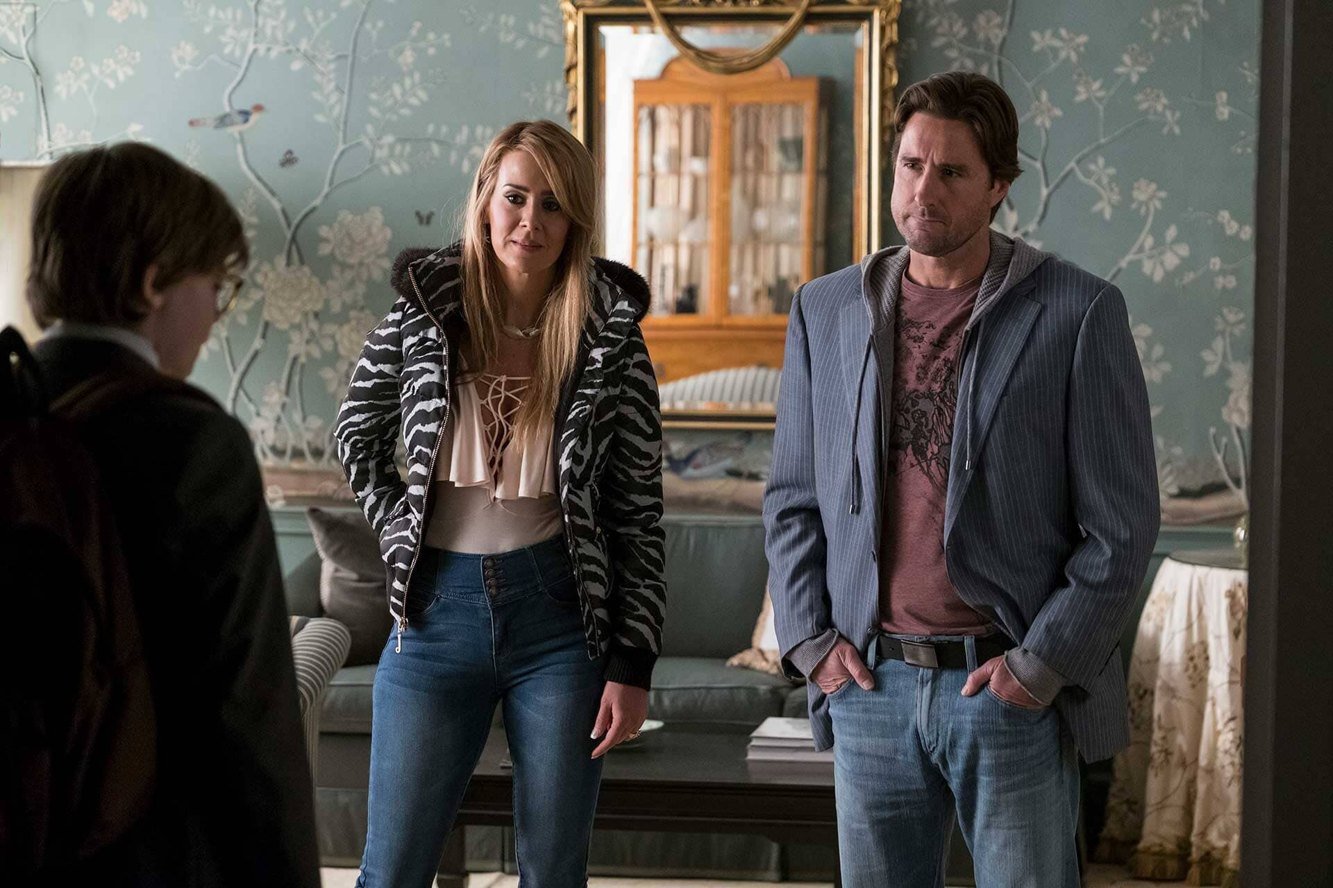 (L-r) OAKES FEGLEY as Young Theo Decker, SARAH PAULSON as Xandra and LUKE WILSON as Larry
