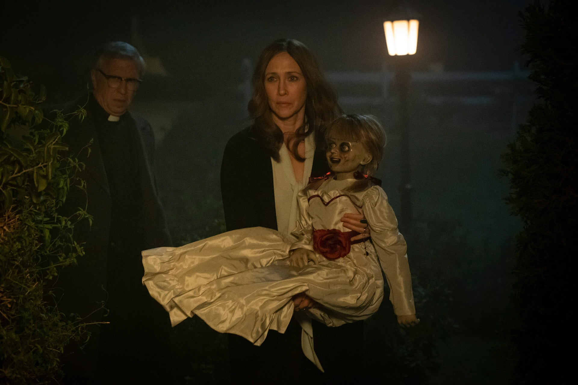 (L-R) STEVE COULTER as Father Gordon, VERA FARMIGA as Lorraine Warren and the Annabelle doll