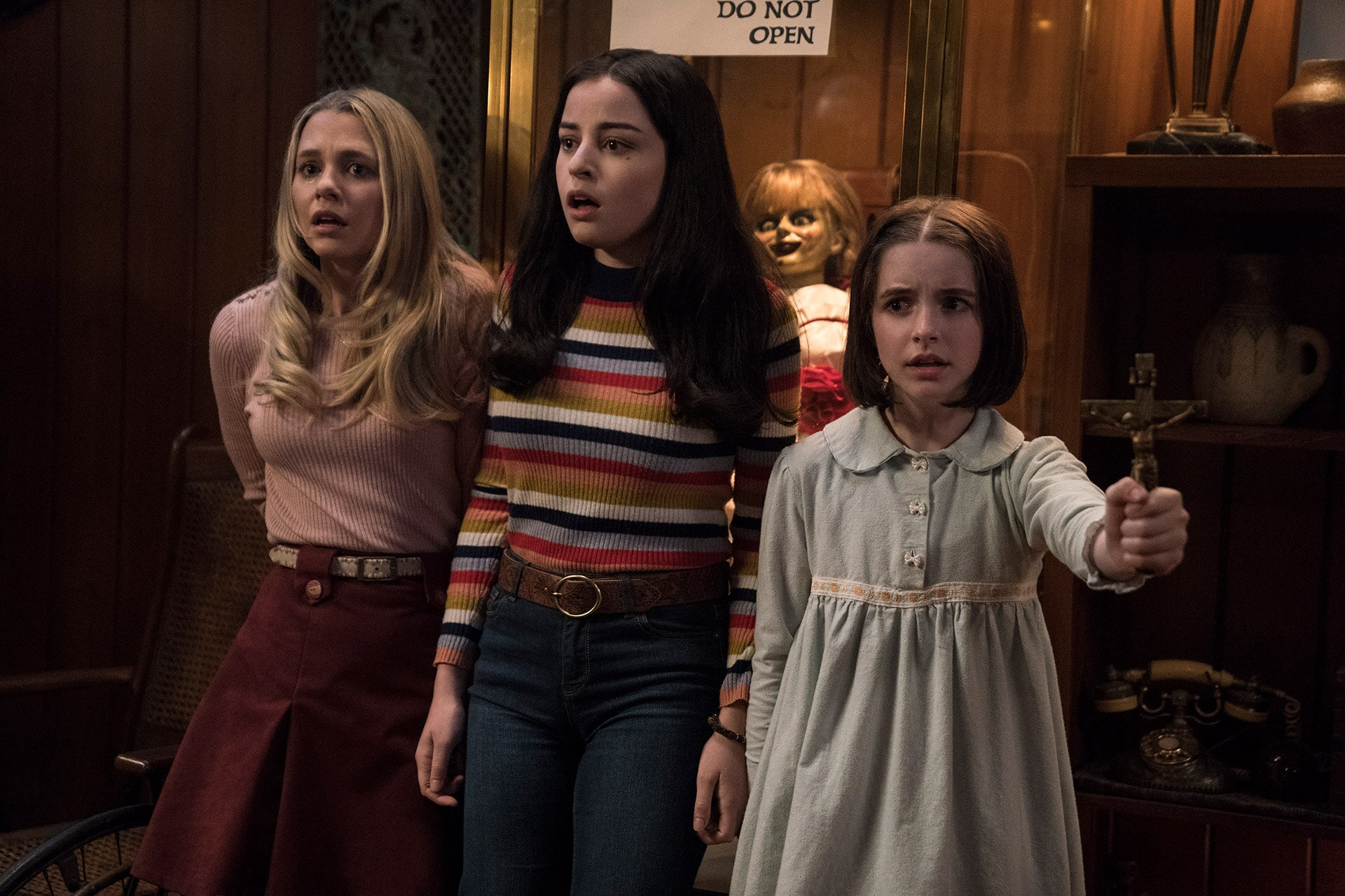 (L-R) MADISON ISEMAN as Mary Ellen, KATIE SARIFE as Daniela, the Annabelle doll and MCKENNA GRACE as Judy Warren