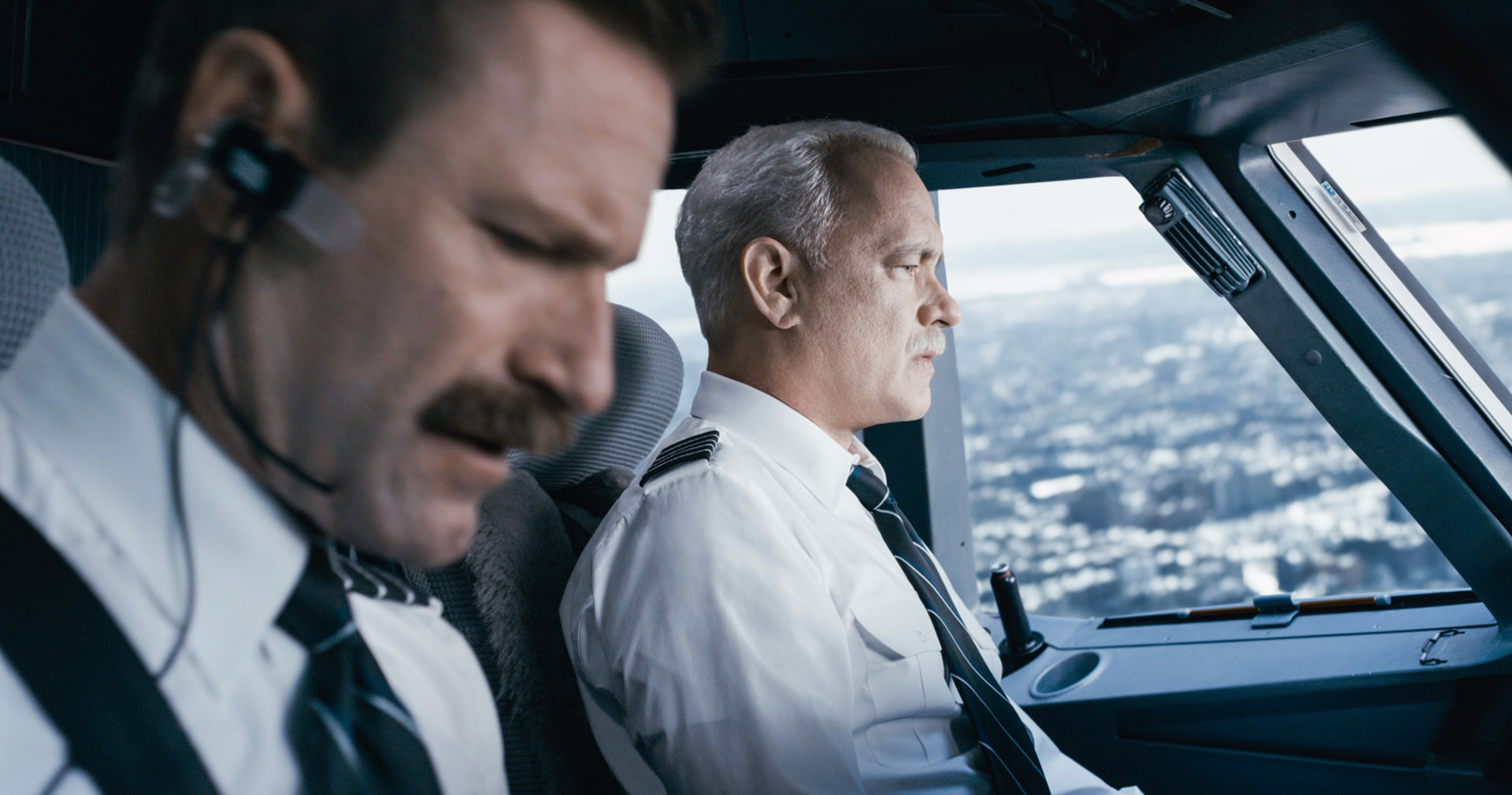 """AARON ECKHART as Jeff Skiles and TOM HANKS as Chesley """"Sully"""" Sullenberger in Warner Bros. Pictures' and Village Roadshow Pictures' drama """"SULLY,"""" a Warner Bros. Pictures release."""