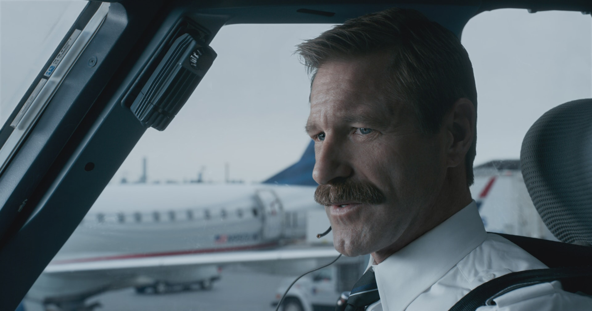 """AARON ECKHART as Jeff Skiles in Warner Bros. Pictures' and Village Roadshow Pictures' drama """"SULLY,"""" a Warner Bros. Pictures release."""