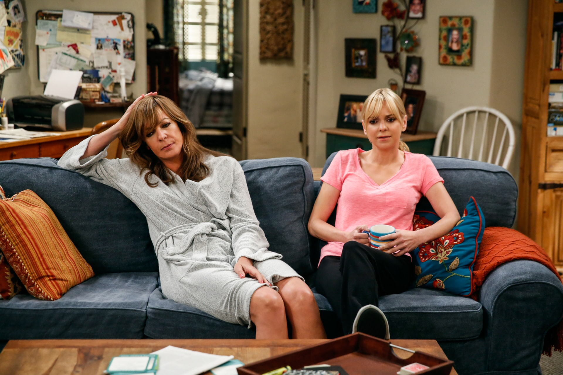 """Allison Janney as Bonnie and Anna Faris as Christy. Mom 4, ep. 3 """"Sparkling Water and Ba-dinkers"""""""