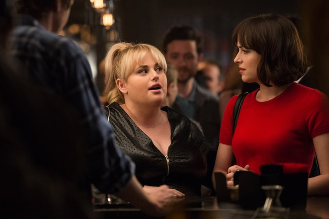 "REBEL WILSON as Robin and DAKOTA JOHNSON as Alice in New Line Cinema's, Metro-Goldwyn-Mayer Pictures' and Flower Films' comedy ""HOW TO BE SINGLE,"" a Warner Bros. Pictures release."