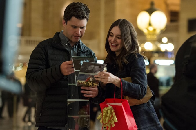 "COLIN JOST as Paul and ALISON BRIE as Lucy in New Line Cinema's, Metro-Goldwyn-Mayer Pictures' and Flower Films' comedy ""HOW TO BE SINGLE,"" a Warner Bros. Pictures release."