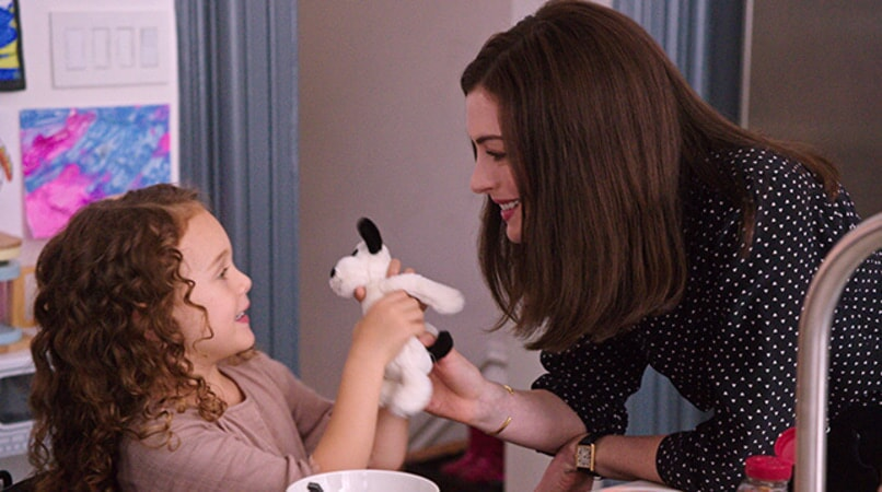 "JOJO KUSHNER as Paige and ANNE HATHAWAY as Jules Ostin in Warner Bros. Pictures' comedy ""THE INTERN."""